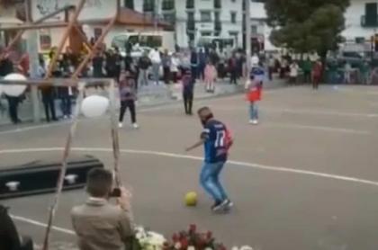 Ataúd-en-Tunja-jugando-fútbol