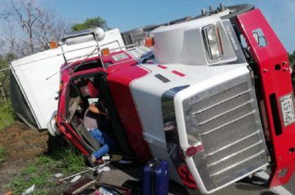 Otro camión se volcó, pero cargado de jabón, en la vía a Barranquilla.