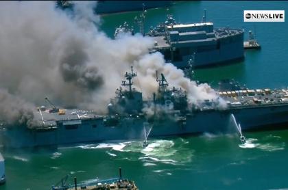 Buque de la Marina estadounidense en llamas en la base militar de San Diego, California.