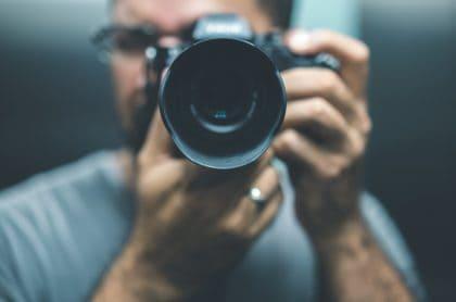 Hombre obsesionado con la fotografía construyó una casa con forma de cámara.