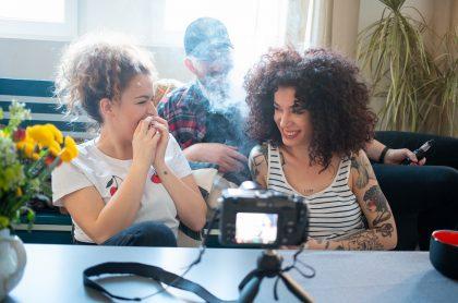 Amigos fumando marihuana
