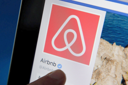 Airbnb prohíbe a algunos jóvenes alquilar casas porque las estaban usando para hacer fiestas.