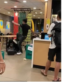 Cliente de McDonald's golpeó a cajero que le pidió usar tapabocas.