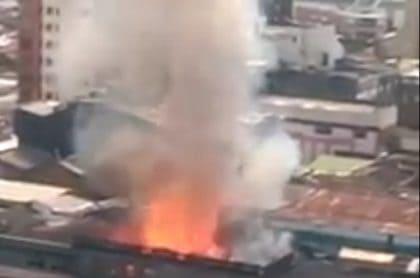 Voraz incendio amenaza con acabar varios edificios del centro de Pereira
