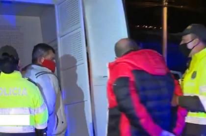 Hombres-atacan-a-policías