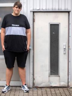 El joven alemán Jannik Könecke, de 19 años, mide 2,24 metros y es más alto que una puerta normal.