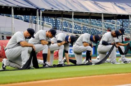Jugadores de los Yankees de Nueva York se arrodillan en apoyo al movimiento 'Black lives matter'