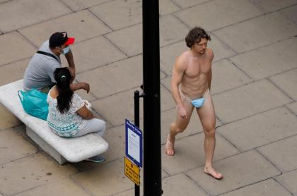 Hombre salió a caminar desnudo por Londres y cubrió sus genitales con un tapabocas.