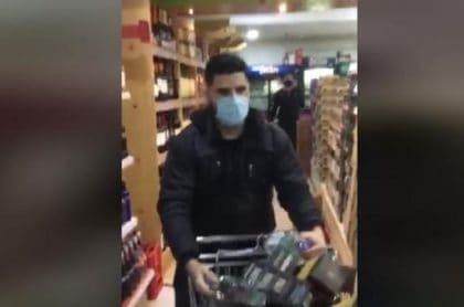 Colombiano llena carro de mercado lleno de licor, en Chile