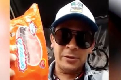 Multan a un ciudadano por comer dentro de su carro sin tapabocas