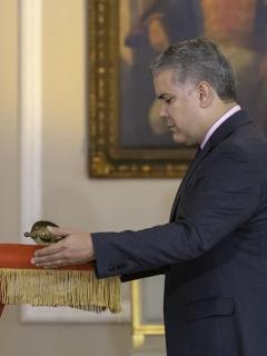 Iván Duque, con la espada de Simón Bolívar
