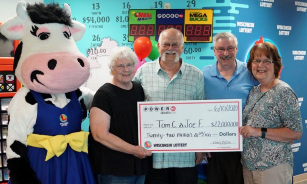 Hombre que ganó la lotería repartió el premio con un amigo.