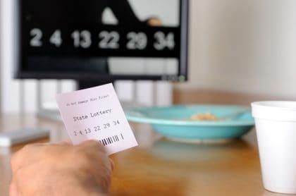 Hombre repartió premio de lotería con amigo al que se lo prometió hace 28 años.
