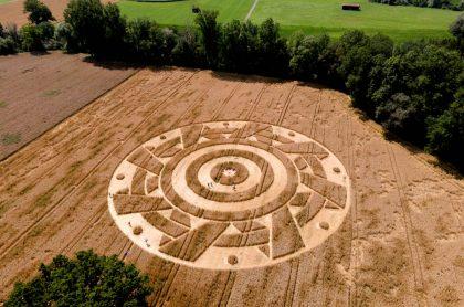 Dibujo en campo de trigo en Alemania.