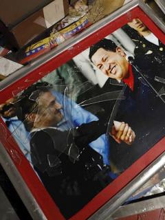 Imagen de Hugo Chávez en el suelo del saqueado consulado venezolano en Bogotá