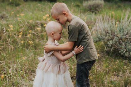 Fotos: Niño deja que su hermana con cáncer le rape la cabeza
