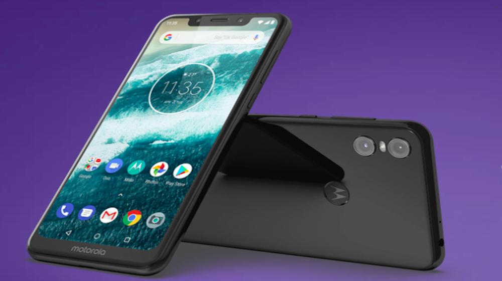 Motorola Moto One: funciona con el sistema operativo Android y con el chip Snapdragon 625. Tiene una pantalla HD+ de 5.9 pulgadas, cámara principal dual de 13 MP + 2 MP y cámara frontal de 8 MP, batería de 3.000 mAh con soporte de carga rápida, 64GB de almacenamiento interno y 4GB de memoria RAM. Tiene un costo de 1.300.000 pesos normalmente, pero se puede conseguir por 600.000 en este momento, de acuerdo con los descuentos de algunas tiendas.