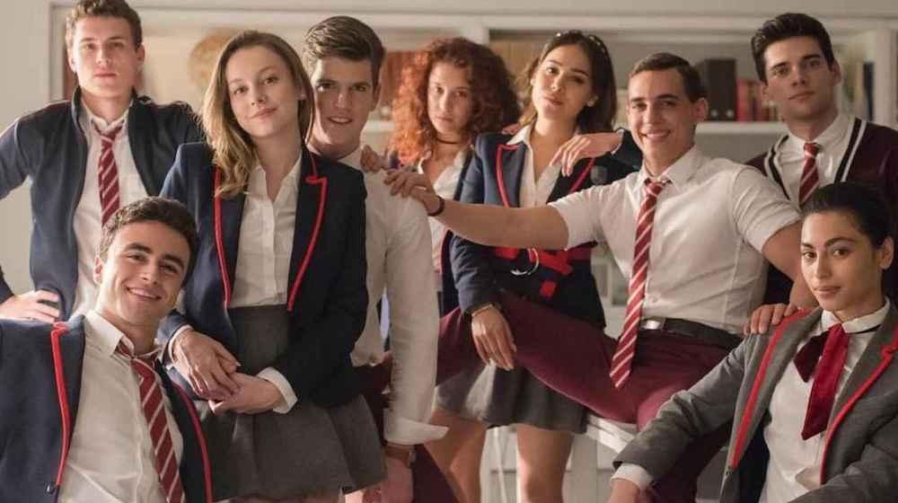 """""""Élite"""": cuenta la historia de un grupo de jóvenes de clase obrera que llega a estudiar a una exclusiva escuela de España. Los alumnos se verán envueltos en un crimen."""