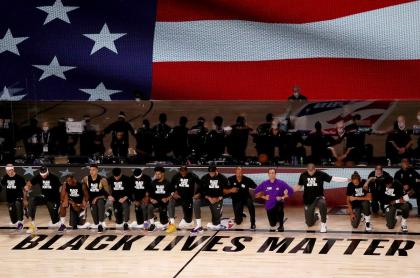 Jugadores de NBA, arrodillados durante himno de Estados Unidos