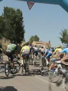 Video: caída de la cuarta etapa en la Vuelta a Burgos