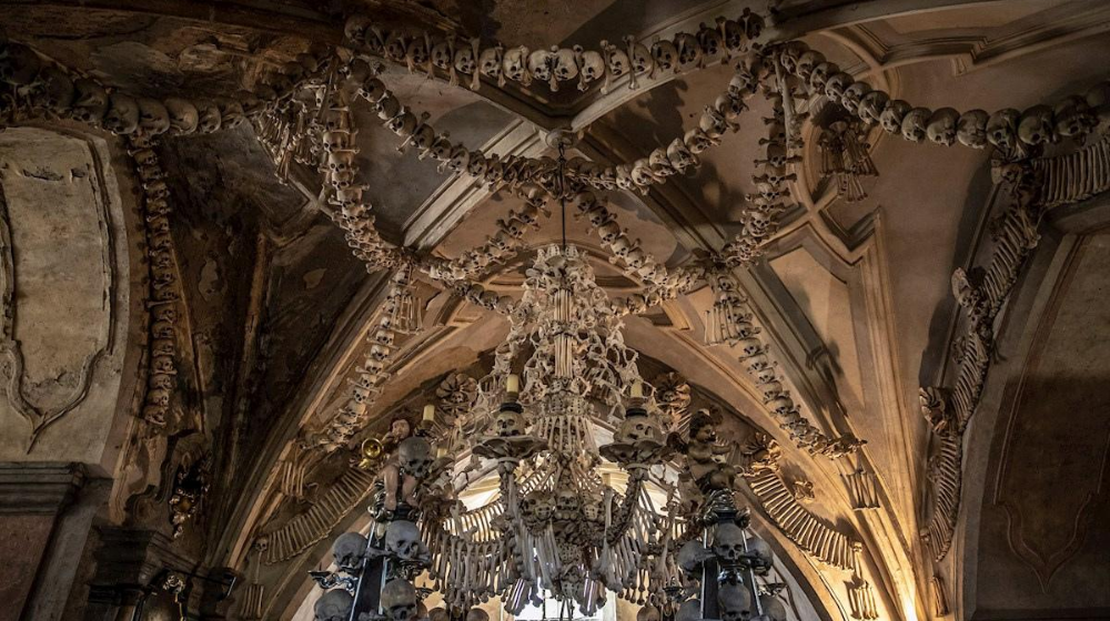 Candelabro con huesos humanos