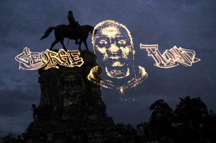Holograma de George Floyd sobre monumento nacional.