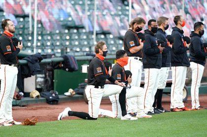 Jugadores de Los Gigantes de San Francisco se arrodillan ante himno nacional.