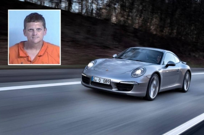 Hombre imprimió cheque falso y se compró un Porsche.