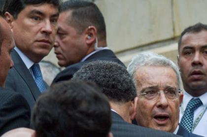 ¿Por qué Álvaro Uribe fue enviado a casa por cárcel y Álvaro Hernán Prada, no?