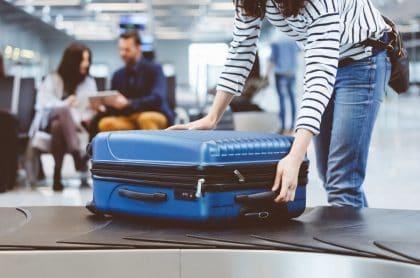 Descubren a mujer en aeropuerto que en su equipaje llevaba los restos de su esposo muerto.