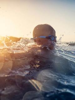Niño siguió consejo de un documental y sobrevivió al perderse en el mar.