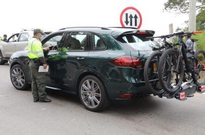 Policía devuelve a conductores a la salida de Bogotá
