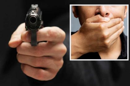 Arma de fuego apuntando / Mano cubriendo boca.