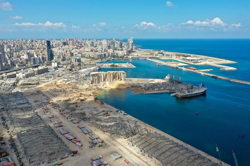 Una vista general del puerto de Beirut muestra el gigantesco cráter y demás daños que dejó la explosión del pasado 4 de agosto. La enorme detonación química se cobró más de 150 vidas.