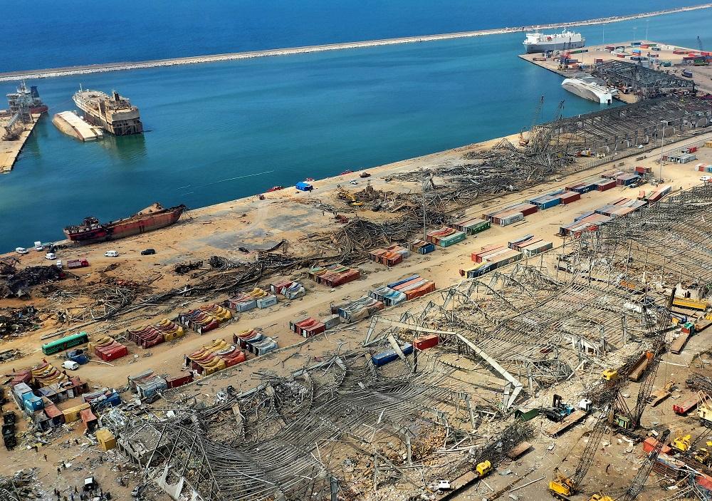 Una vista aérea muestra a Abou Karim (izquierda), buque transportista de ganado, y al crucero Orient Queen (derecha), volcados en el puerto de Beirut tras la explosión.
