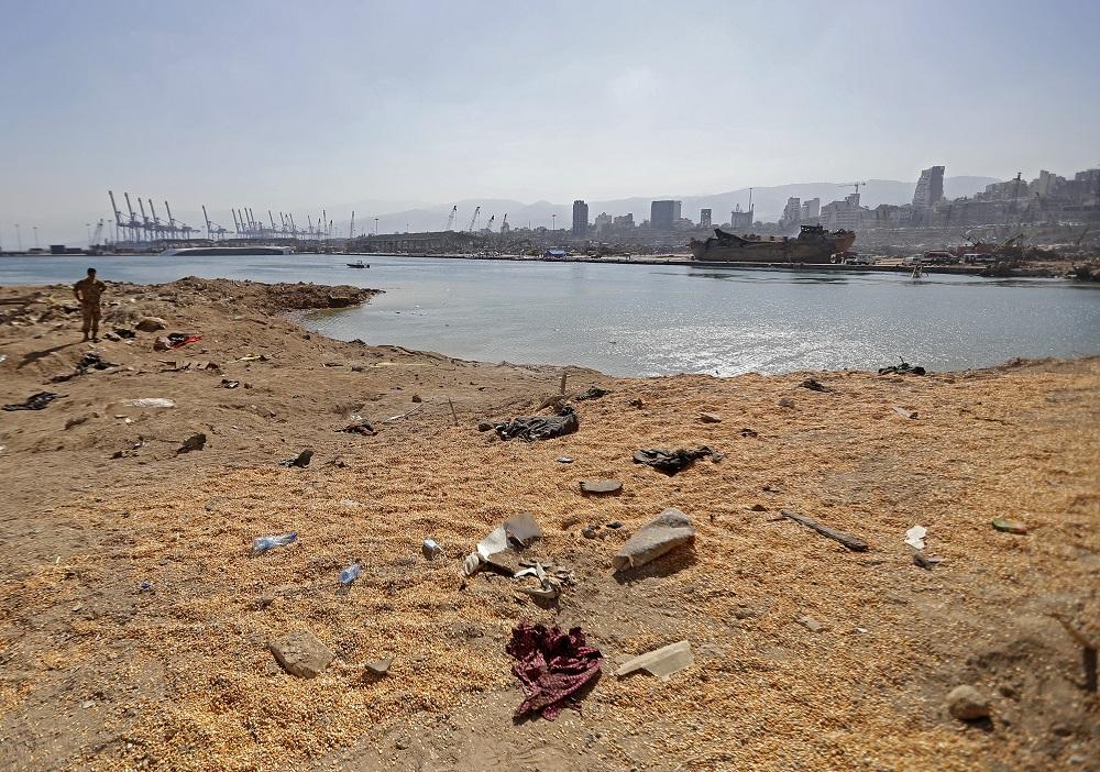 Un rescatista de la defensa civil libanesa junto al cráter de la explosión que el pasado 4 de agosto sacudió a Beirut y se sintió hasta en la isla de Chipre. AFP.