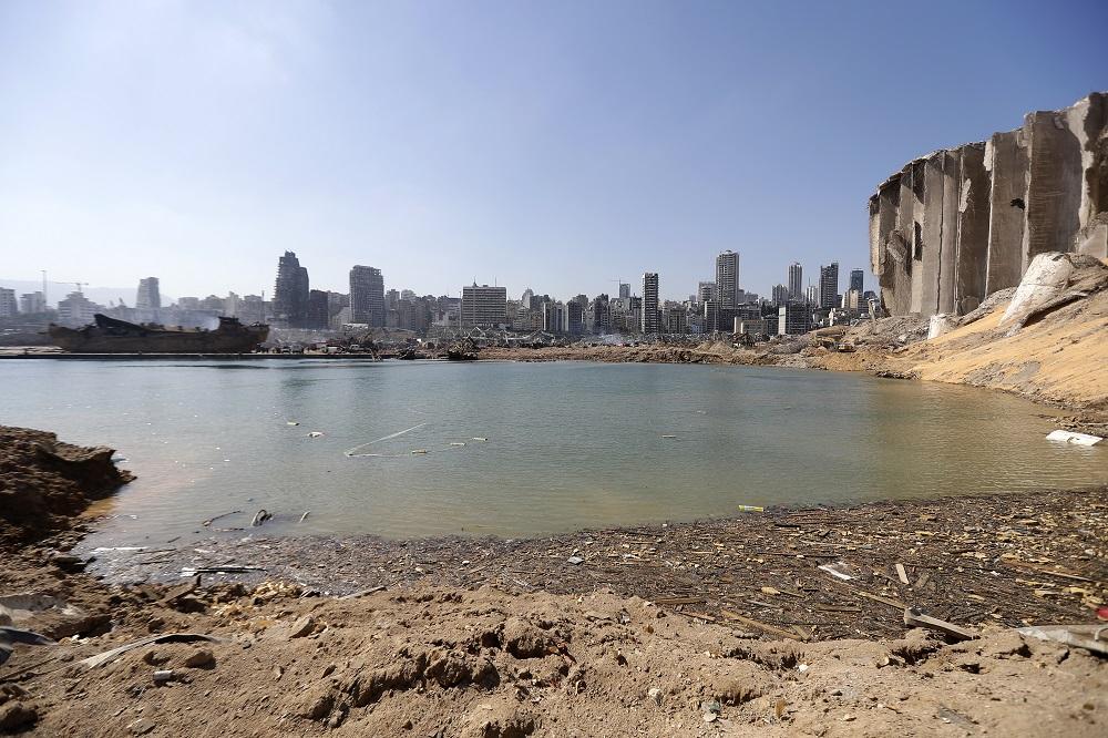 Una imagen tomada el 7 de agosto de 2020, 3 días después de la explosión masiva que sacudió Beirut, muestra el cráter de la explosión junto al silo de granos en el devastado puerto de la capital libanesa.