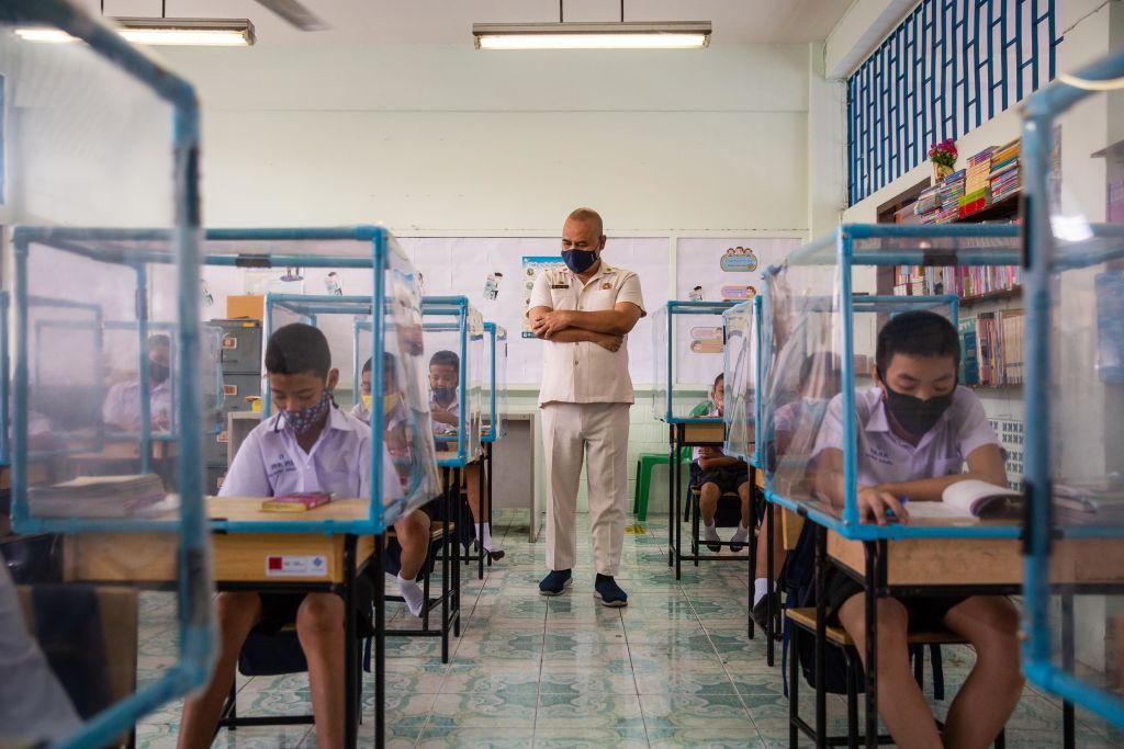 Fotos de niños jugando en 'jaulas' de plástico en Tailandia