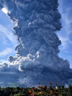 Erupción del volcán Sinabung, en Indonesia, creó columna de ceniza de 4,5 kilómetros.