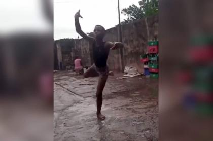 Niño recibió beca de baile luego de que video de él haciendo ballet bajo la lluvia se viralizara.