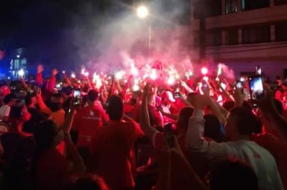 Hinchas de América despidiendo a Gabriel Ochoa Uribe