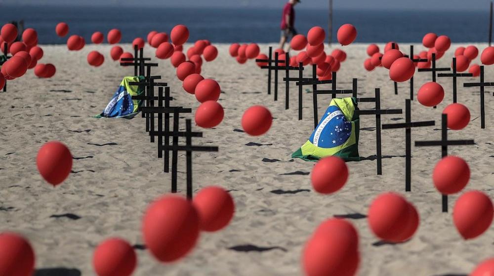 Bandera de brasil con globos rojos y banderas negras en la playa de Copacabana.