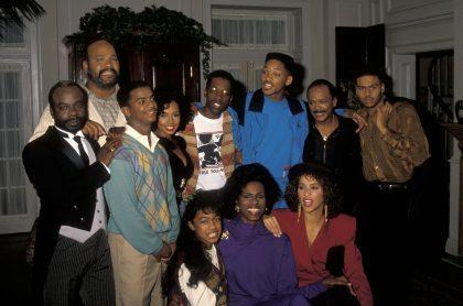 Joseph Marcell, James Avery, Alfonso Ribeiro, Tyler Collins, Kadeem Hardison, Will Smith, Quincy Jones, Al B. Sure!, Tatyana Ali, Janet Hubert y Karyn Parsons en una pausa de las grabaciones de 'El príncipe del rap', en 1990.