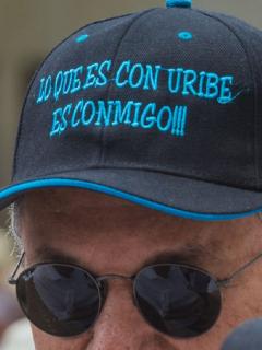 Uribista durante marchas en apoyo a Álvaro Uribe por su detención domiciliaria