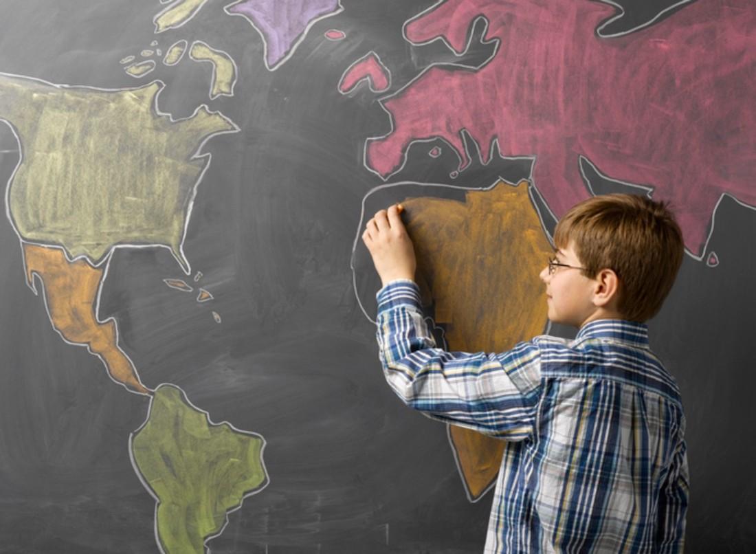 Niño zurdo colorea mapa mundi