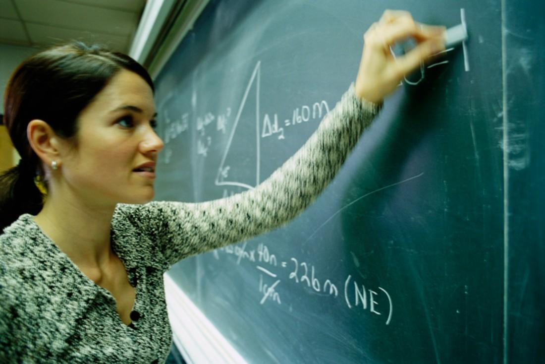 Profesora zurda escribe en tablero