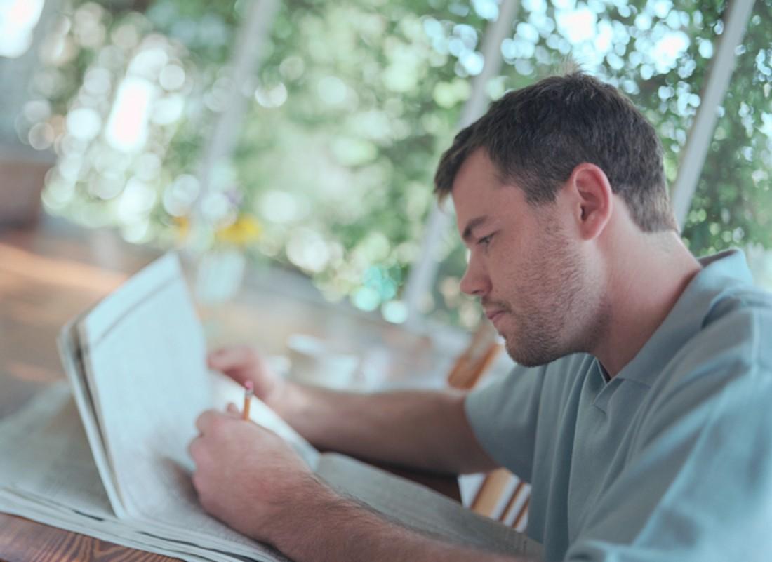 Hombre escribe con mano zurda