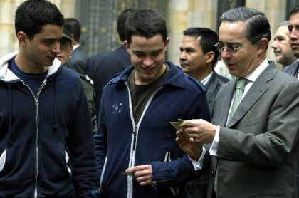 Jerónimo Uribe (izquierda) y Tomás Uribe junto a su padre, Álvaro, durante las presidenciales de 2006.nciales de 2006.