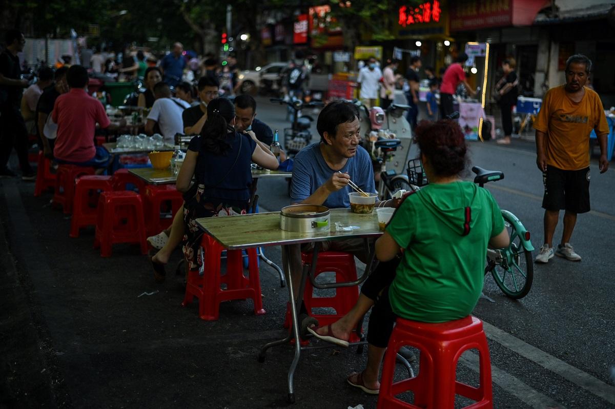 Mientras que el tapabocas es obligatorio en Berlín, París, Londres, Nueva York y Madrid, en Wuhan es cada vez menos utilizado este elemento de protección, al igual que los trajes y gafas de bioseguridad.