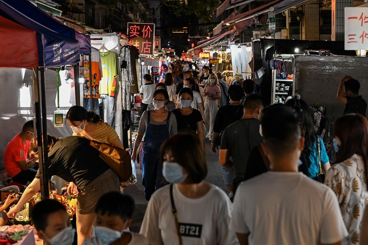 Los puestos de comida y mercados comerciales presentan nuevamente aglomeraciones, como antes de la pandemia del coronavirus.